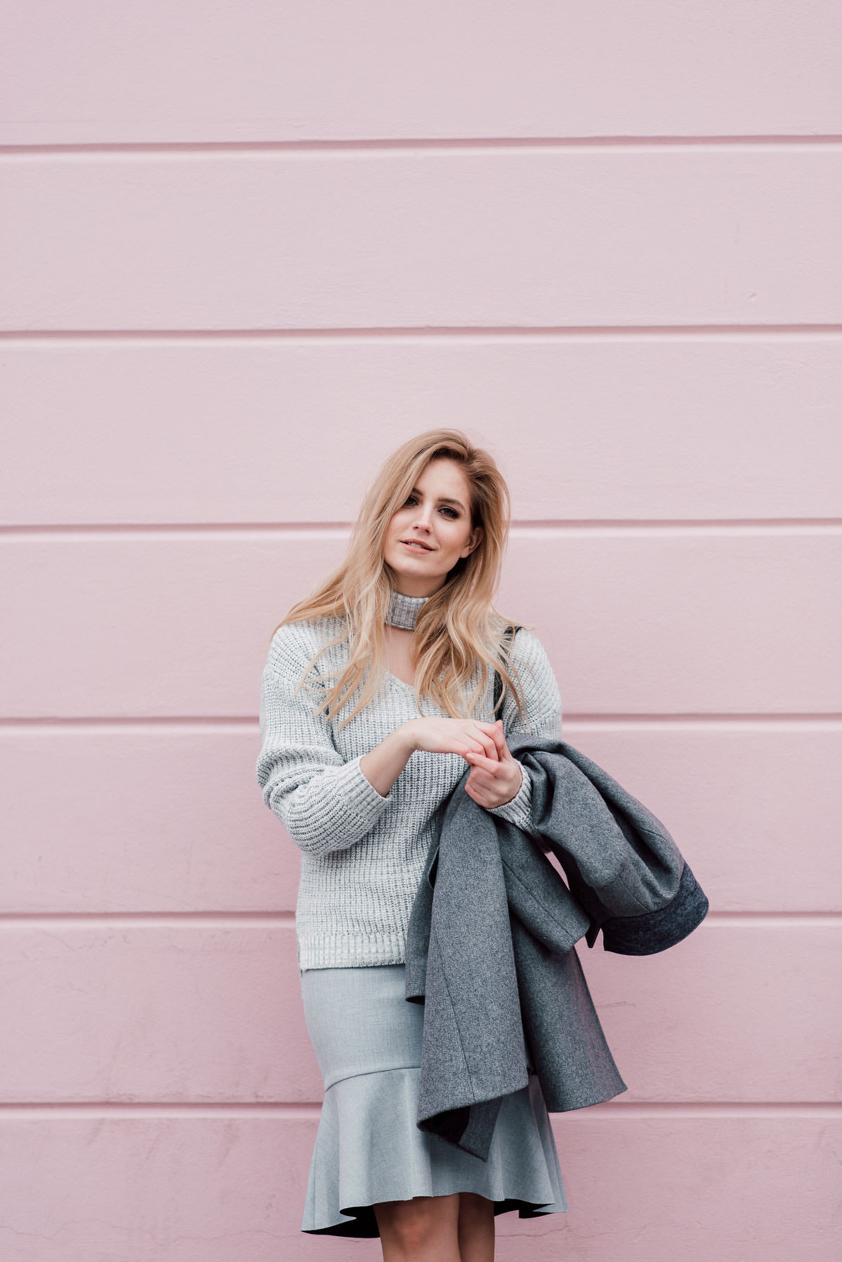 pink wall outfit